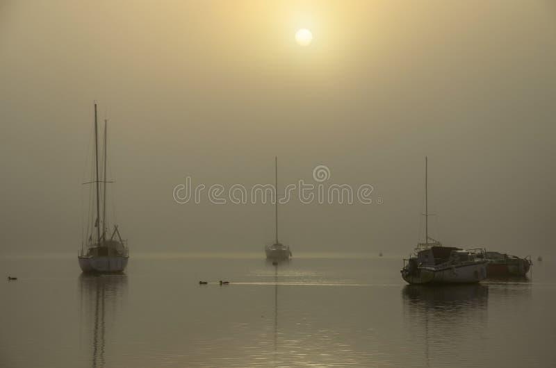 Łódź wschód słońca w mgle obrazy royalty free