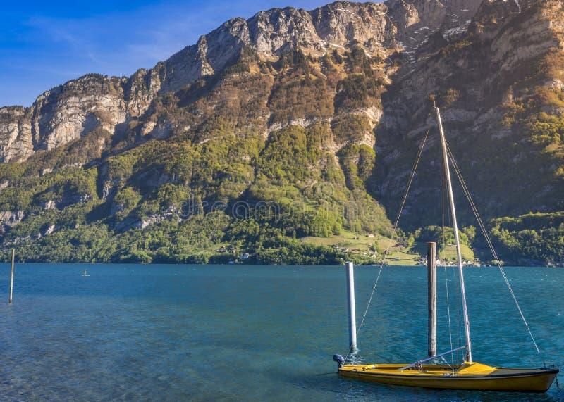 Łódź z żaglami zakotwiczającymi na Walensee jeziorze zdjęcia royalty free