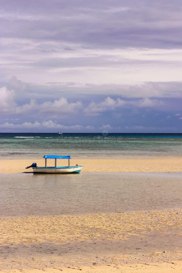 Łódź z baldachimem na plaży obrazy royalty free