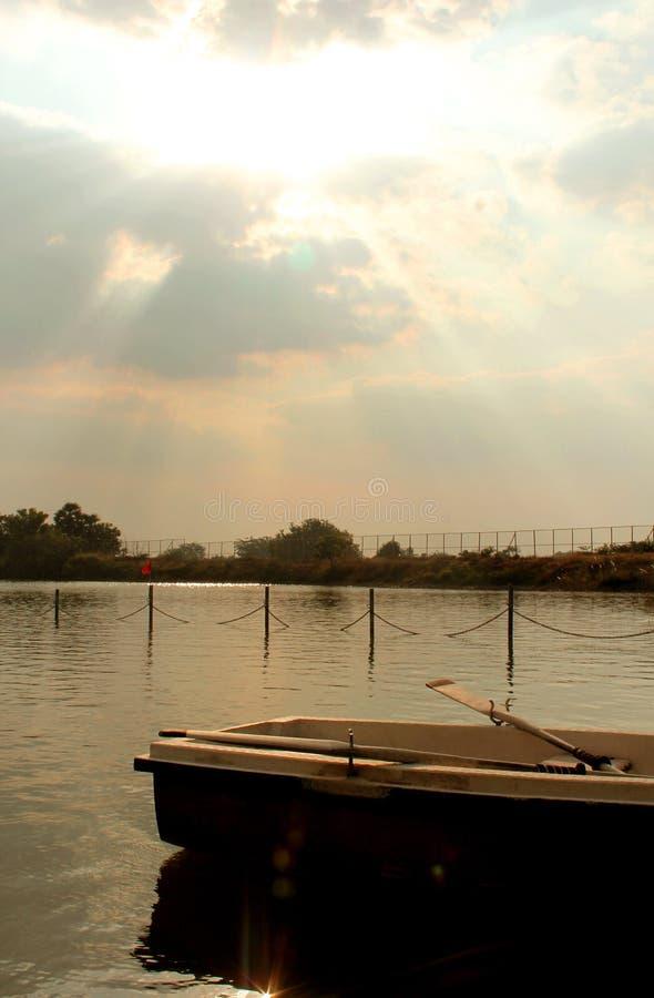 Łódź z paddles w jeziorze przy sittanavasal jamy świątyni kompleksem obrazy stock
