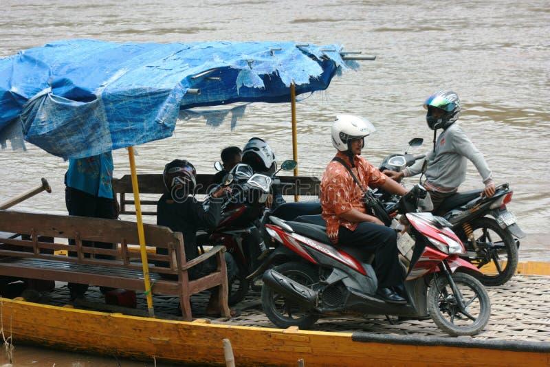Łódź z pełnymi pasażerami krzyżuje bengawan solo rzekę zdjęcie stock