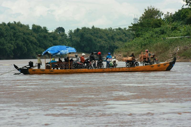 Łódź z pełnymi pasażerami krzyżuje bengawan solo rzekę obraz stock