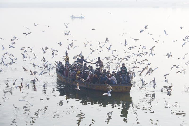 Łódź z turystami żegluje wzdłuż Ganges rzeki podczas wschodu słońca wzdłuż świętych ghats w mieście Varanasi, India zdjęcia royalty free
