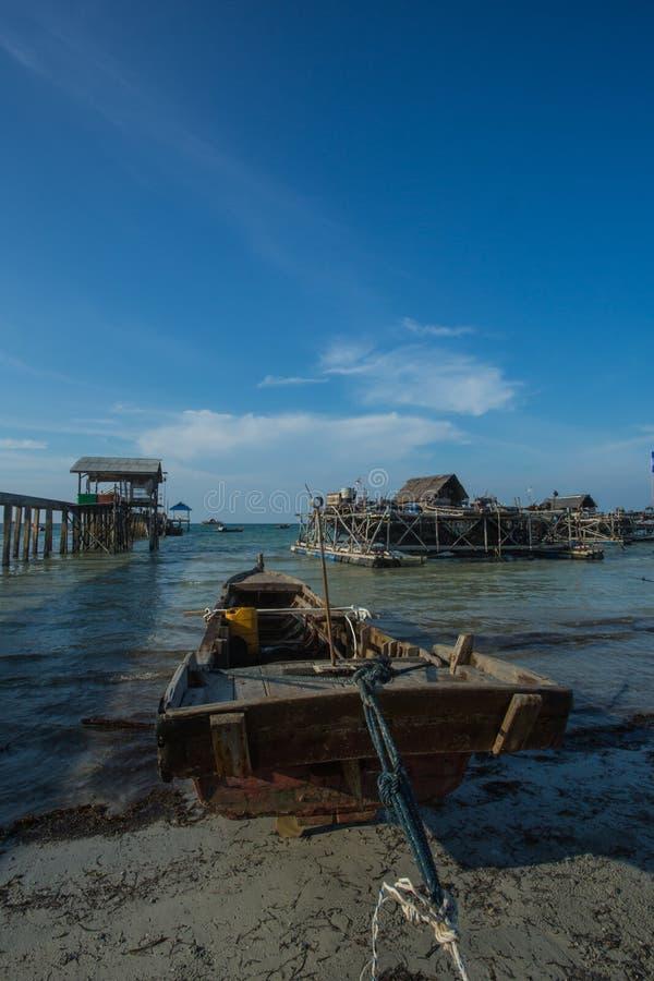 Łódź zakotwiczał w stronie molo, Tanjung Pinang, Indonezja zdjęcia stock