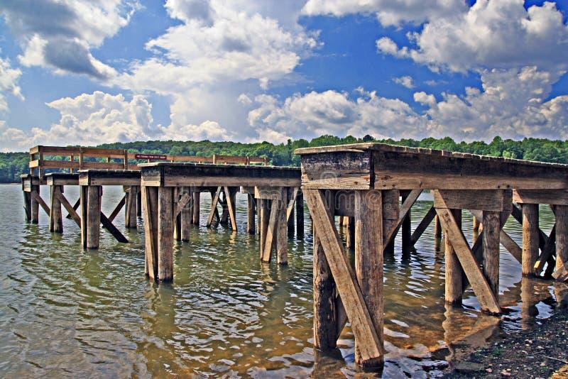 Łódkowaci doki i woda zdjęcia stock