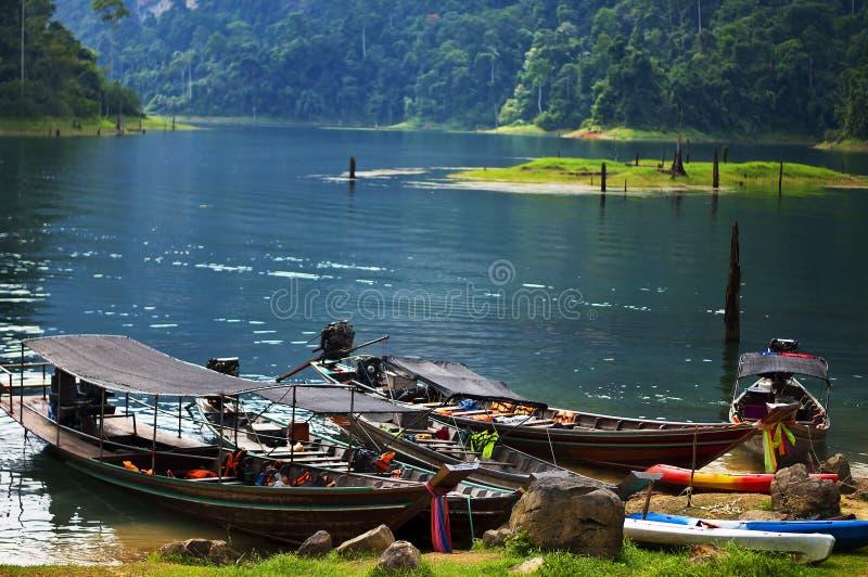 Łódkowaci turyści czeka odwiedzać wyspę w Cheow Lan jeziorze przy Ratchaprapa tamą w Khao Sok parku narodowym Surat thani, Tajlan fotografia royalty free