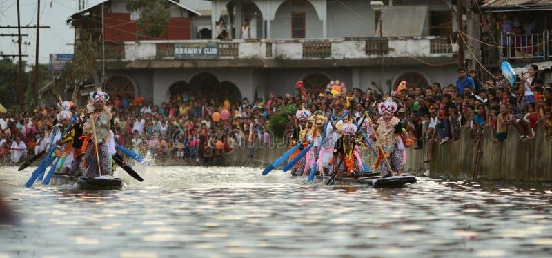 Łódkowaci wioślarscy rywalizacj rowers w etnicznym odzieży heikru hidongba w Manipur India obrazy royalty free