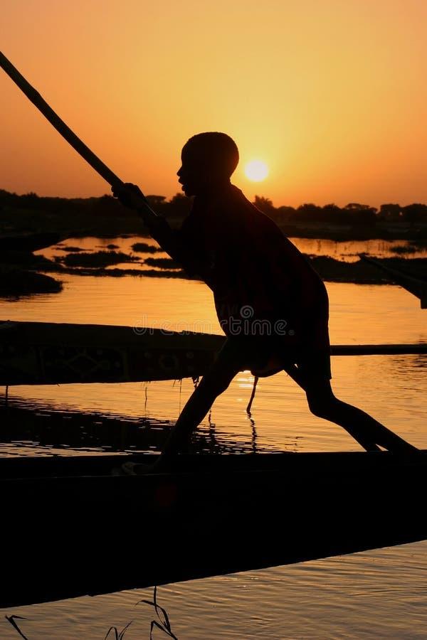 łódkowata chłopiec Niger rzeka obrazy stock