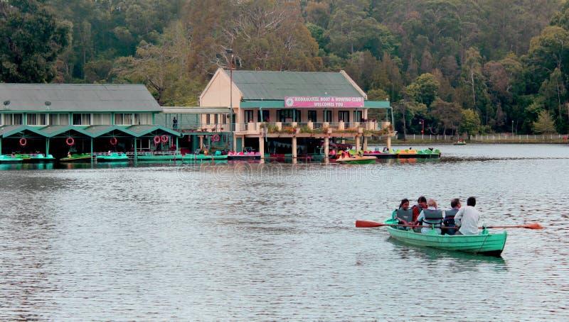 Łódkowata jazda rodzina przy kodaikanal jeziorem blisko łódkowatego domu zdjęcia stock