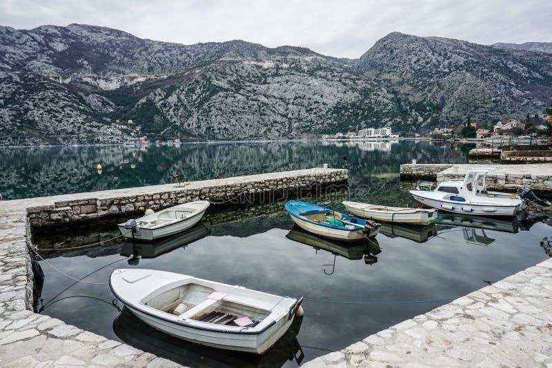 Łódkowatego doku właśnie outside Stary miasteczko, Kotor, Montenegro obraz royalty free