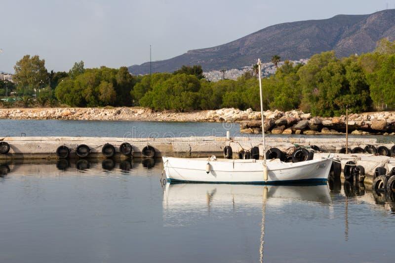 Łódkowatego oldboat mola fishingvessel seascape denny oldpier statek fotografia royalty free