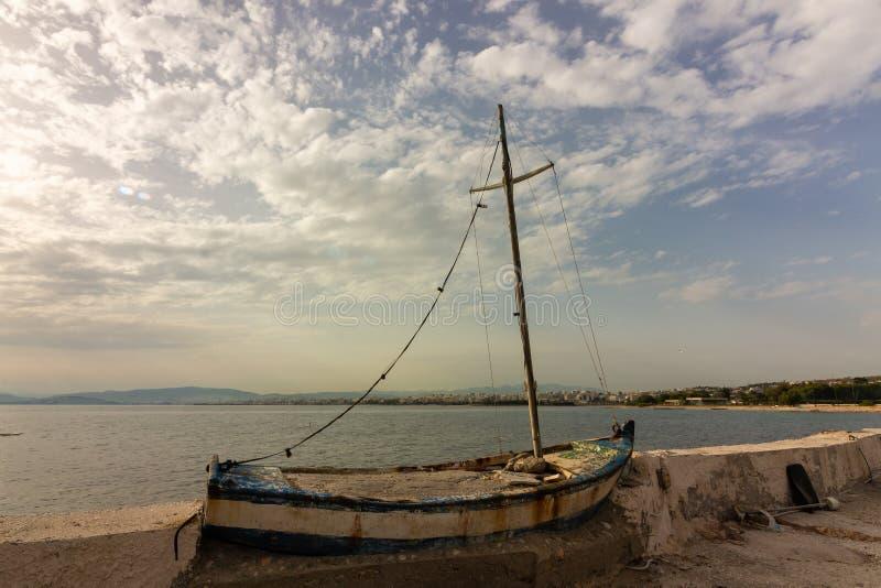 Łódkowatego oldboat mola fishingvessel seascape denny oldpier statek zdjęcia royalty free