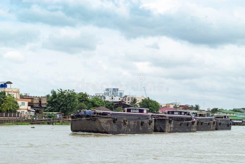 Łódkowaty ładunek piasek w Chao Phraya rzece, Tajlandia obraz stock