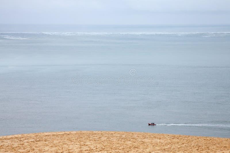 Łódkowaty żeglowanie na Atlantyckim oceanie podczas podeszczowej opowieści pod chmurnego nieba omijaniem obok Pyla diuny zdjęcia royalty free