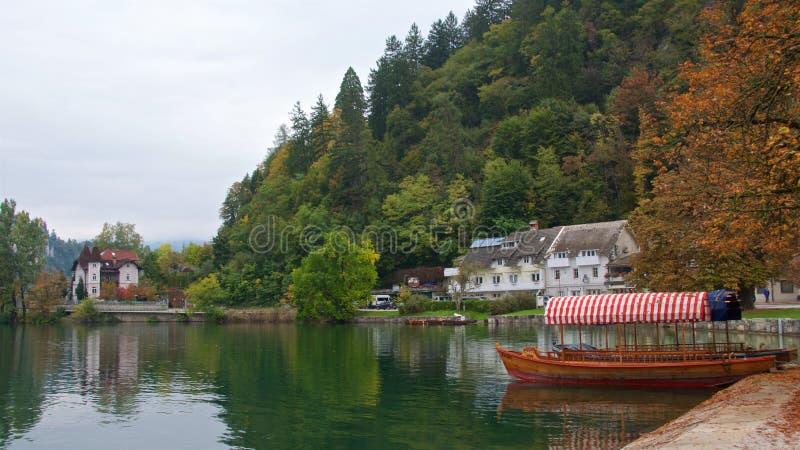 Łódkowaty czekanie dla pasażerów na Krwawić jeziorze w Slovenia zdjęcie royalty free