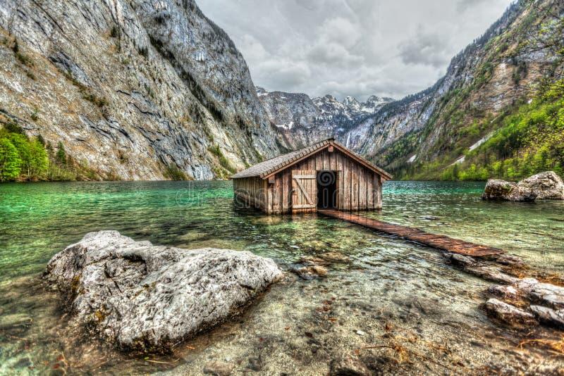 Łódkowaty doku hangar na Obersee halnym jeziorze w Alps obraz stock
