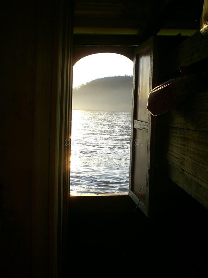 Łódkowaty drzwiowy przyglądający za Mekong rzece obrazy stock