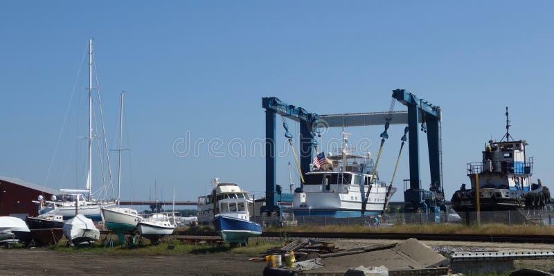 Łódkowaty jard outside, wiele małe białe łodzie wewnątrz, sprzedaż, dla naprawy lub fotografia royalty free