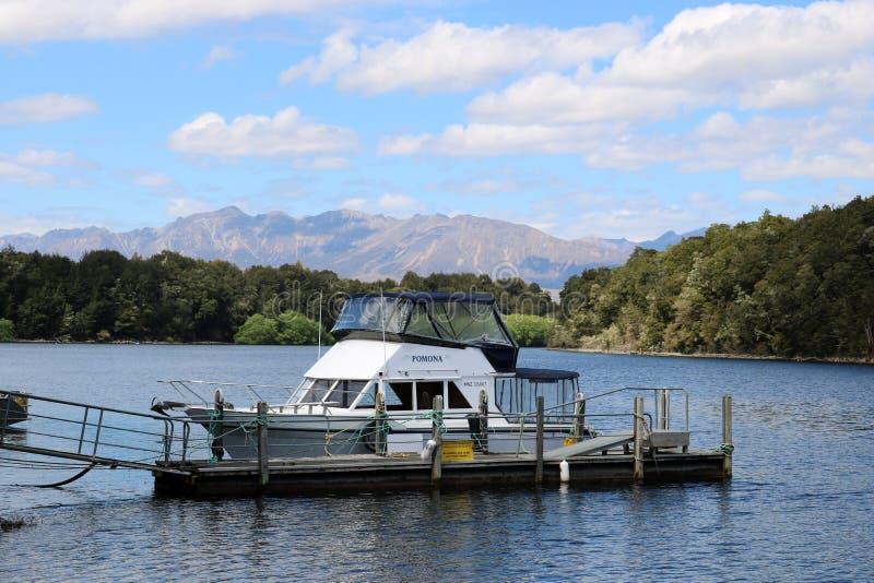 Łódkowaty jetty, pearl harbour, Manapouri, Southland fotografia stock