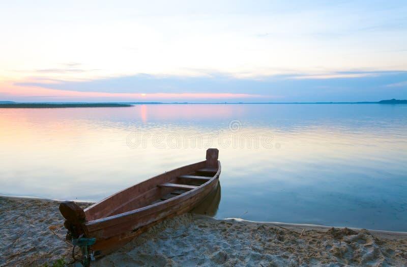 łódkowaty jeziorny pobliski brzeg lato zmierzch fotografia stock