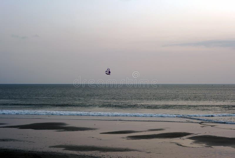 Łódkowaty kani latanie w oceanie w Bali, Indonezja zdjęcie royalty free