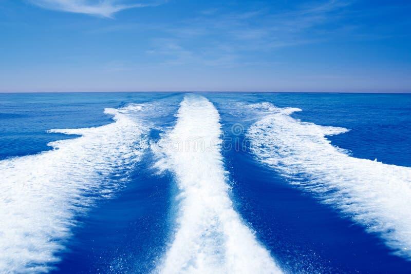Łódkowaty kilwateru wsparcia obmycie na błękitny oceanu morzu obraz stock