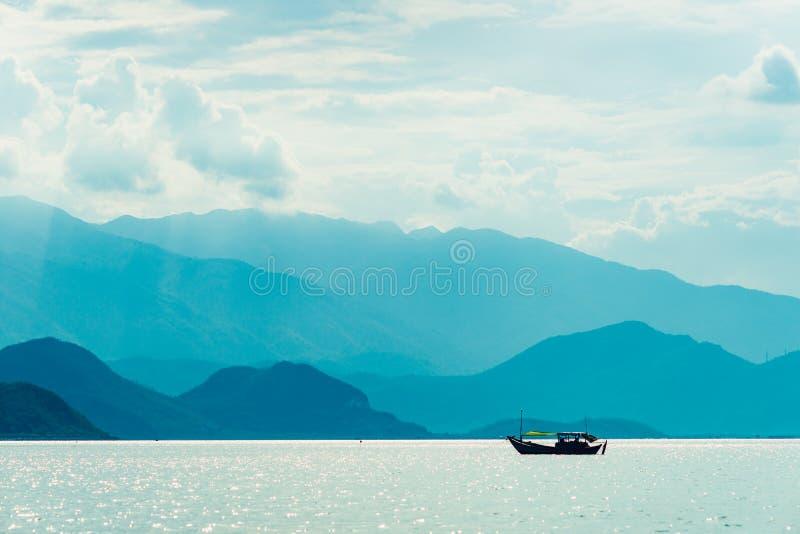 łódkowaty osamotniony morze obrazy stock
