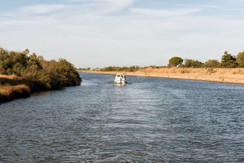 Łódkowaty pływający statkiem w dół kanał w Camargue fotografia royalty free