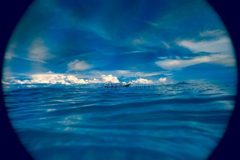 Łódkowaty porthole z widok na ocean zakończeniem up obraz royalty free