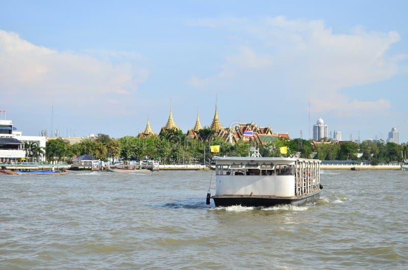 Łódkowaty rejs przed pałac królewskim w Chaopraya rzece obrazy stock