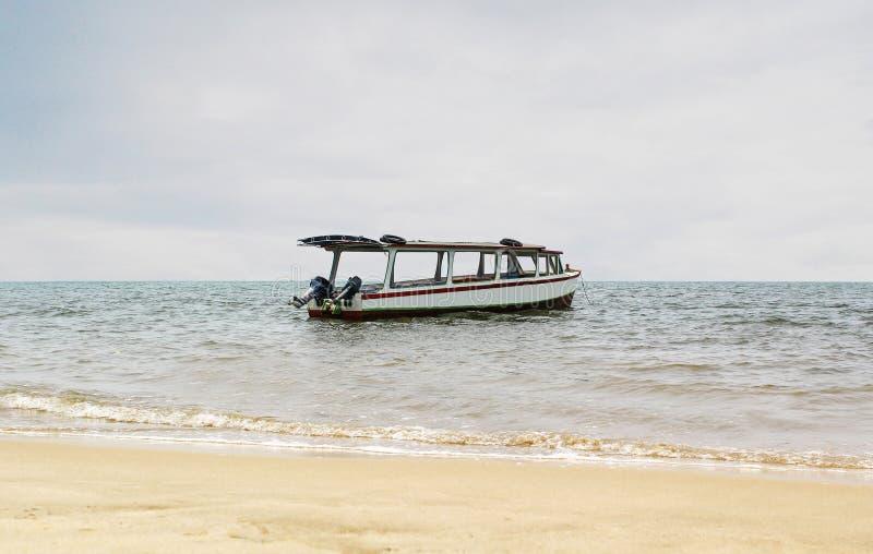 Łódkowaty Samotny czekanie Dla turysty w Pandan plaży Indonezja fotografia royalty free