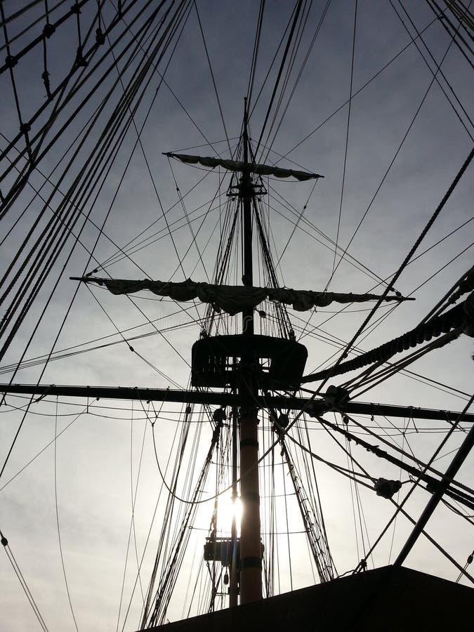Łódkowaty statku maszt przez światła słonecznego San Diego mola fotografia stock