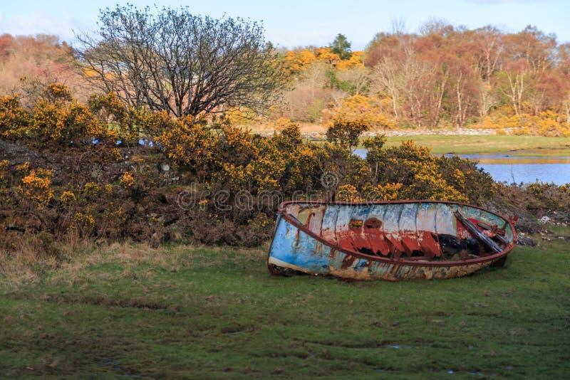 Łódkowaty wrak na brzeg zdjęcie stock