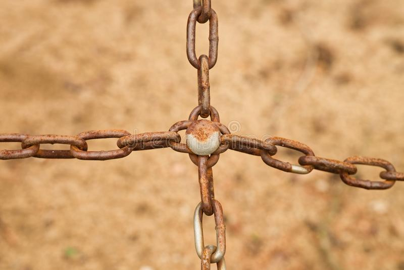 Łączący stary ośniedziały łańcuch w krzyżu, zamyka w górę widoku łańcuch i śruba obraz royalty free