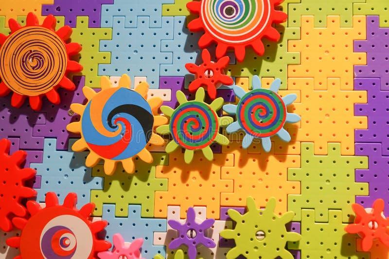Łączyć bloki i cogwheels zabawkę obrazy stock