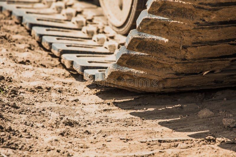 Łączy gąsienicy w piasku, stara maszyneria, ośniedziały metal zdjęcia royalty free