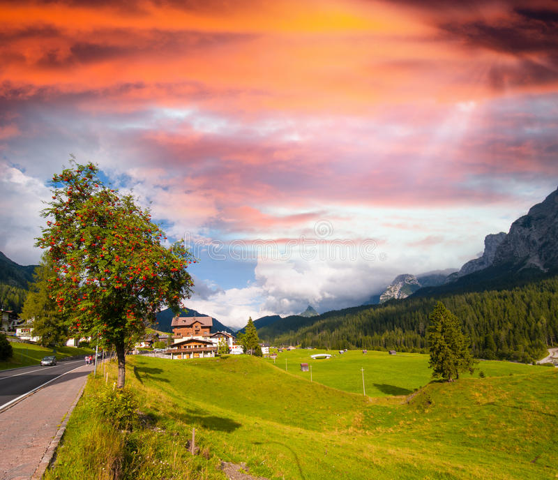 Łąki i góry dolomity, Włochy fotografia royalty free