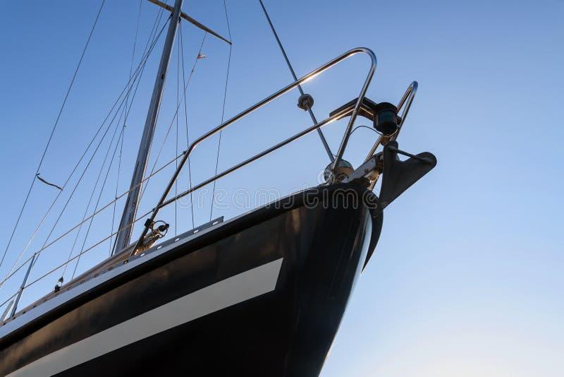 Łęk czarny żeglowanie jacht przeciw niebieskiemu niebu spod spodu, co obrazy royalty free