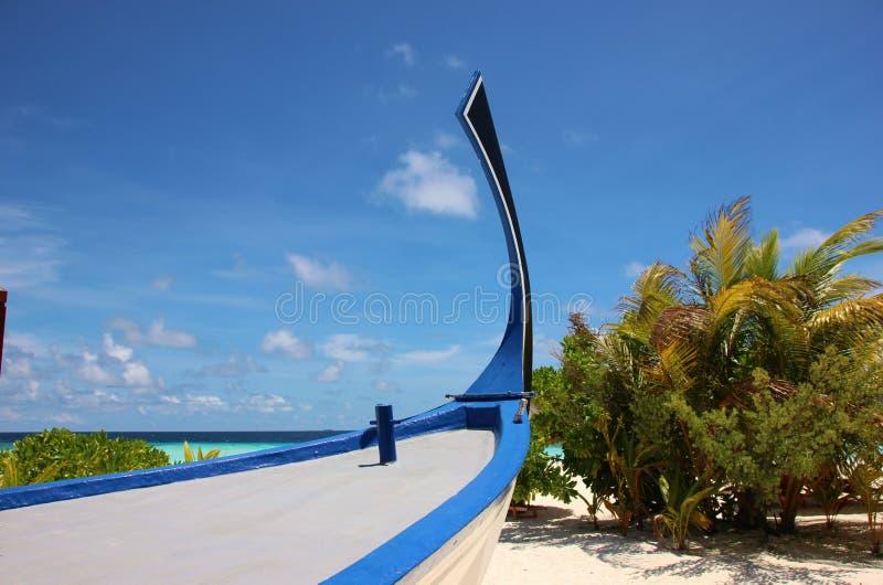 Łęk maldivian łódź na plaży obrazy stock