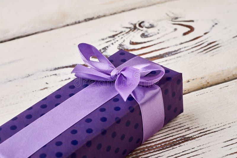 Łęk na purpurowym prezenta pudełku obraz stock