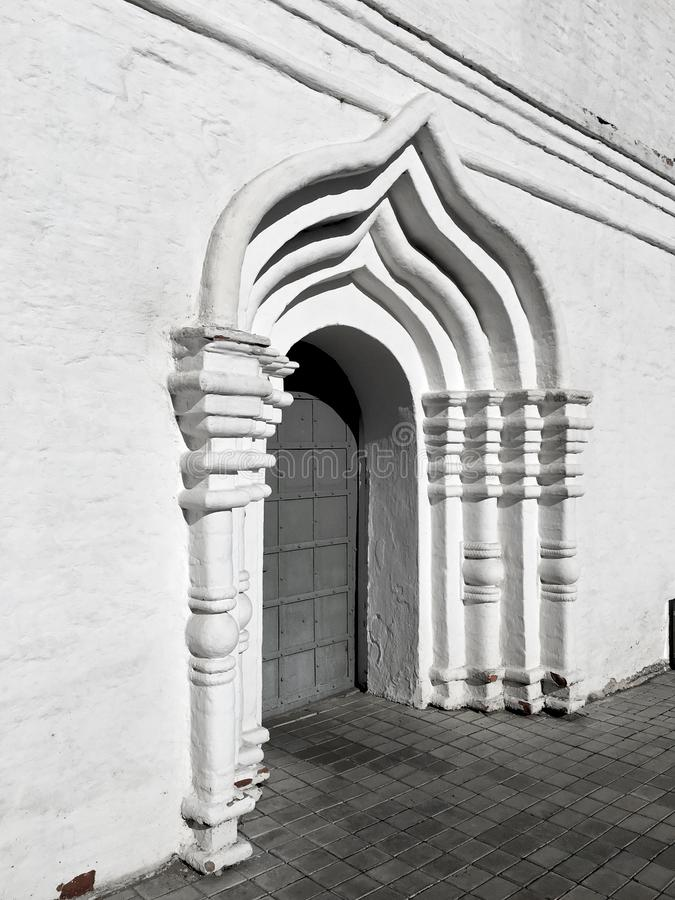 Łękowaty drzwi - architektoniczni szczegóły stary ortodoksyjny monaster zdjęcia stock