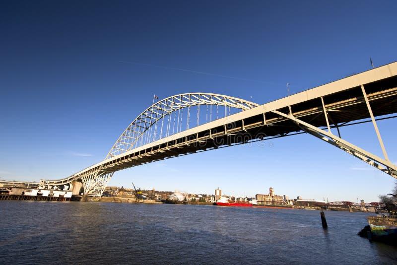 Łękowaty Fremont most przez rzekę Willamette Portland Oregon obraz royalty free