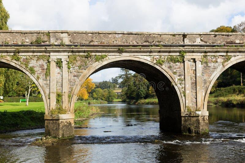 Łękowaty kamienia most nad Rzecznym Nore w Inistioge, Kilkenny, Irelan obrazy stock
