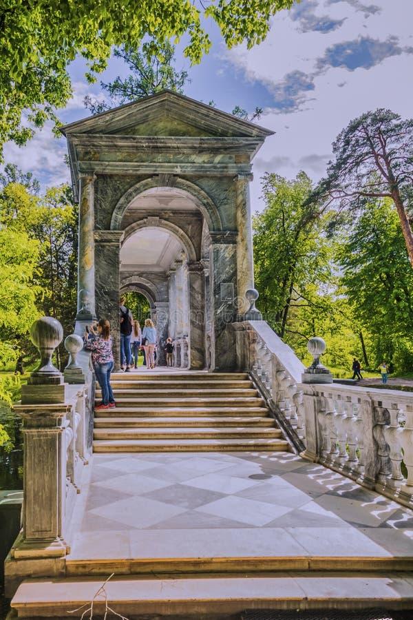 Łękowaty marmuru most w Tsarskoe Selo Aleksander ogród fotografia stock