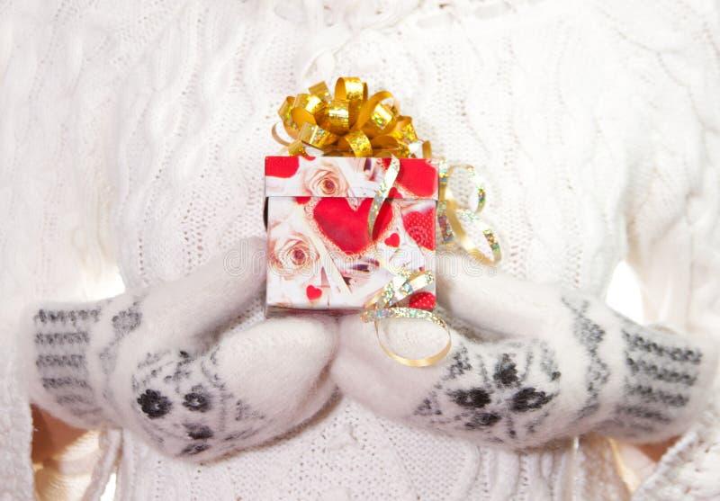 łęku bożych narodzeń prezent wręcza palmy obraz stock