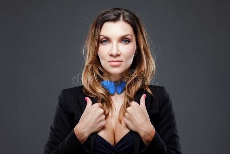Łęku krawata pojęcie Piękna dama przystosowywa jej błękitnego motyla na szyi obraz stock