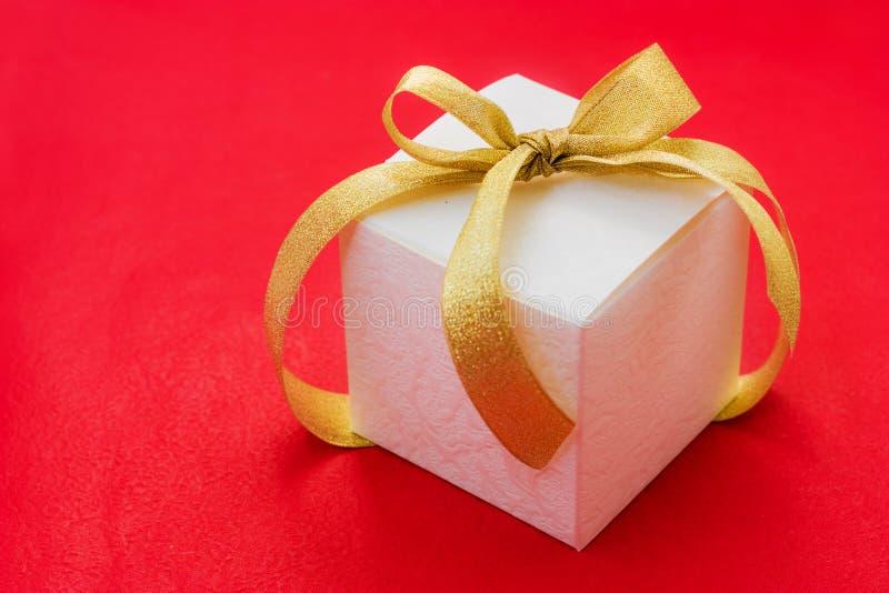 łęku pudełkowatego prezenta złoty tasiemkowy biel fotografia royalty free