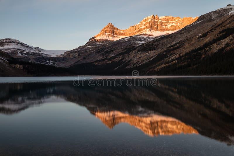 Łęku wschodu słońca Jeziorna łuna w Banff parku narodowym, Alberta, Kanada zdjęcie royalty free