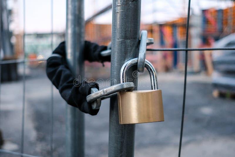 Łańcuch i kłódka na bramie przy budową fotografia royalty free