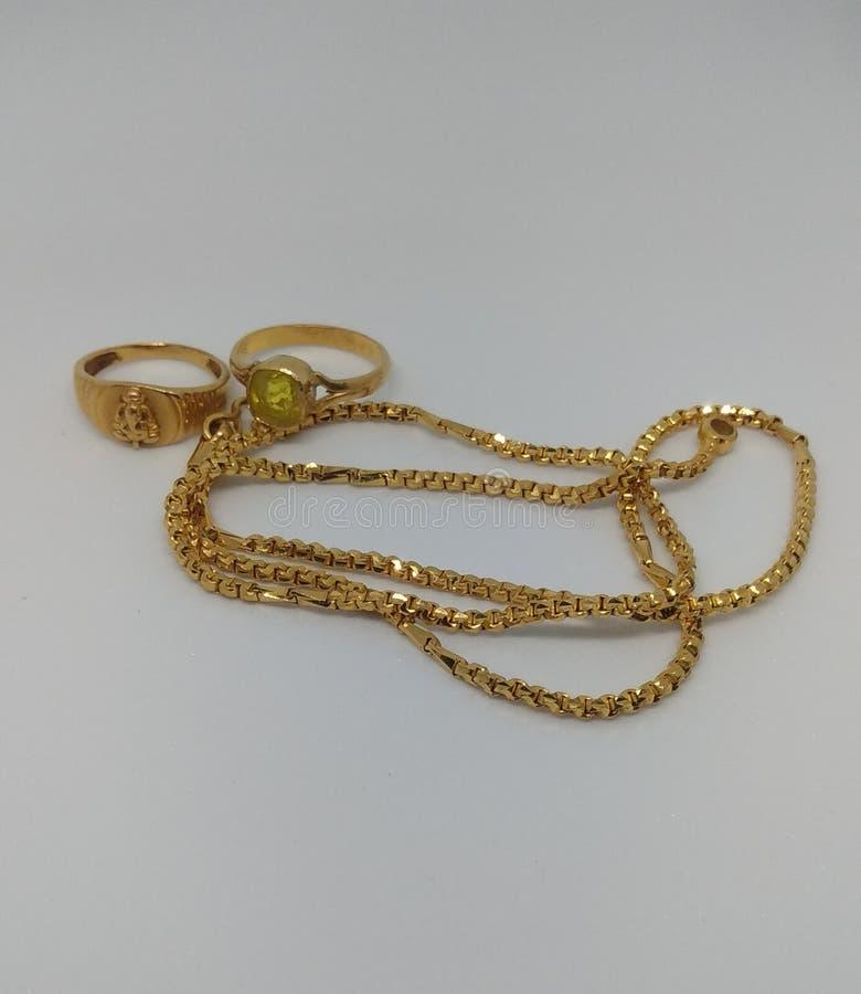 Łańcuch i pierścienie złota obrazy stock